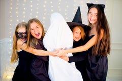 Grupo de adolescentes que llevan los disfraces de Halloween Foto de archivo