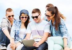 Grupo de adolescentes que miran la PC de la tableta Fotografía de archivo