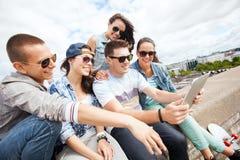 Grupo de adolescentes que miran la PC de la tableta Foto de archivo