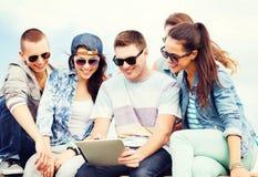 Grupo de adolescentes que miran la PC de la tableta Imagen de archivo