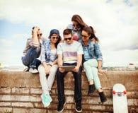 Grupo de adolescentes que miran la PC de la tableta Fotos de archivo libres de regalías
