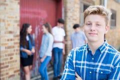 Grupo de adolescentes que penduram para fora no ambiente urbano fotos de stock royalty free