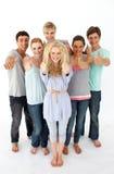 Grupo de adolescentes que se colocan delante de la cámara Imágenes de archivo libres de regalías