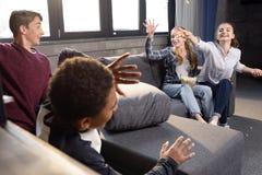 Grupo de adolescentes que se divierten con palomitas en casa Fotos de archivo libres de regalías