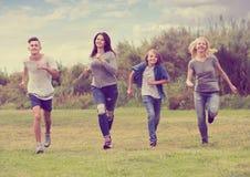 Grupo de adolescentes que se ejecutan en parque Imágenes de archivo libres de regalías