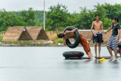 Grupo de adolescentes que se zambullen en el agua en el río Imagen de archivo