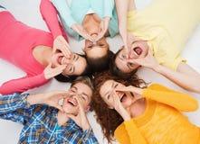 Grupo de adolescentes sonrientes Fotos de archivo libres de regalías