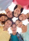 Grupo de adolescentes sonrientes Imágenes de archivo libres de regalías