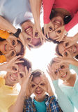 Grupo de adolescentes sonrientes Fotos de archivo