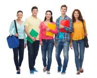 Grupo de adolescentes sonrientes con las carpetas y los bolsos Fotografía de archivo