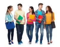 Grupo de adolescentes sonrientes con las carpetas y los bolsos Imagenes de archivo