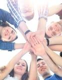 Grupo de adolescentes sonrientes con las manos encima de uno a Foto de archivo libre de regalías