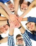 Grupo de adolescentes sonrientes con las manos encima de uno a Fotos de archivo libres de regalías