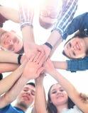 Grupo de adolescentes sonrientes con las manos encima de uno a Imagen de archivo libre de regalías