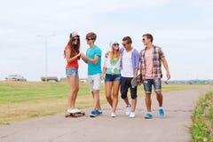Grupo de adolescentes sonrientes con los monopatines Imágenes de archivo libres de regalías