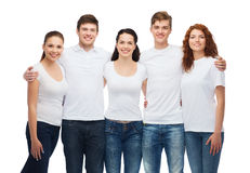 Grupo de adolescentes sonrientes en las camisetas en blanco blancas Imágenes de archivo libres de regalías