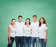 Grupo de adolescentes sonrientes en las camisetas en blanco blancas Imagen de archivo libre de regalías
