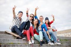 Grupo de adolescentes sonrientes que cuelgan hacia fuera Fotografía de archivo libre de regalías