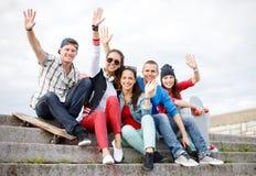 Grupo de adolescentes sonrientes que cuelgan hacia fuera Foto de archivo