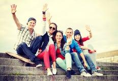Grupo de adolescentes sonrientes que cuelgan hacia fuera Imagen de archivo