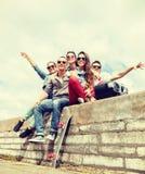 Grupo de adolescentes sonrientes que cuelgan hacia fuera Foto de archivo libre de regalías