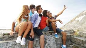 Grupo de adolescentes sonrientes que hacen el selfie al aire libre metrajes