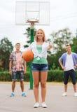 Grupo de adolescentes sonrientes que juegan a baloncesto Foto de archivo libre de regalías