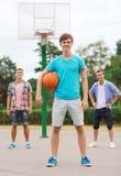 Grupo de adolescentes sonrientes que juegan a baloncesto Fotografía de archivo
