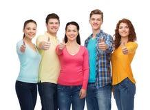 Grupo de adolescentes sonrientes que muestran los pulgares para arriba Imagen de archivo
