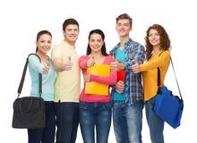 Grupo de adolescentes sonrientes que muestran los pulgares para arriba Foto de archivo libre de regalías