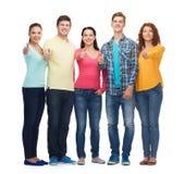 Grupo de adolescentes sonrientes que muestran los pulgares para arriba Foto de archivo