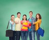 Grupo de adolescentes sonrientes que muestran los pulgares para arriba Fotografía de archivo libre de regalías