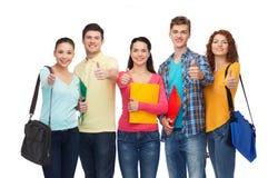 Grupo de adolescentes sonrientes que muestran los pulgares para arriba Fotos de archivo