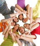 Grupo de adolescentes sonrientes que permanecen junto Fotos de archivo