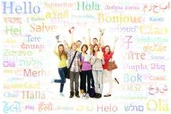 Grupo de adolescentes sonrientes que presentan junto y que miran Imagenes de archivo