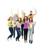 Grupo de adolescentes sonrientes que saltan junto Fotografía de archivo