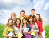 Un grupo de adolescentes felices que saltan en la hierba Imagen de archivo