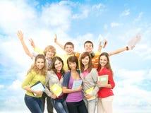 Un grupo de adolescentes felices que saltan en la hierba Fotografía de archivo