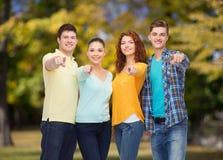 Grupo de adolescentes sonrientes que señalan los fingeres en usted Imagen de archivo libre de regalías
