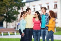 Grupo de adolescentes sonrientes sobre fondo del campus Foto de archivo libre de regalías