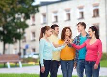 Grupo de adolescentes sonrientes sobre fondo del campus Imagenes de archivo