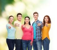 Grupo de adolescentes sonrientes sobre fondo verde Imagen de archivo libre de regalías