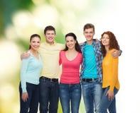 Grupo de adolescentes sonrientes sobre fondo verde Fotografía de archivo