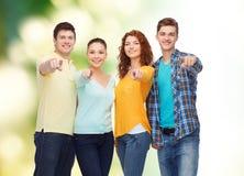 Grupo de adolescentes sonrientes sobre fondo verde Foto de archivo libre de regalías