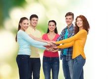 Grupo de adolescentes sonrientes sobre fondo verde Imágenes de archivo libres de regalías