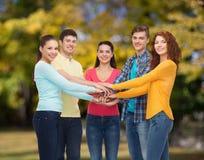 Grupo de adolescentes sonrientes sobre parque verde Fotografía de archivo libre de regalías