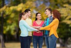Grupo de adolescentes sonrientes sobre parque verde Fotografía de archivo