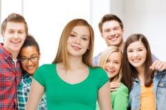 Grupo de adolescentes sonrientes sobre sala de clase Imágenes de archivo libres de regalías
