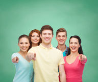 Grupo de adolescentes sonrientes sobre tablero verde Foto de archivo libre de regalías