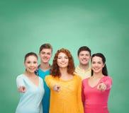 Grupo de adolescentes sonrientes sobre tablero verde Imagen de archivo